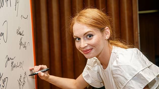 Cesta domů je posledním dílem trilogie režiséra Tomáše Vorla. Jednu z hlavních rolí v této komedii hraje Lucie Šteflová, která přijela do novoměstského kina.