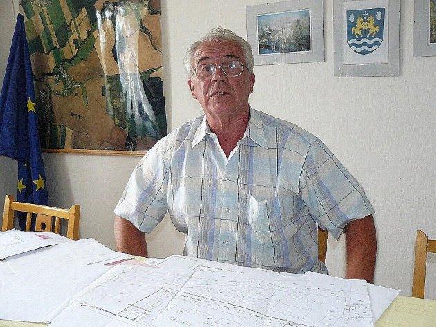 """Elektrárnu na biomasu prosazuje starosta Rychnovku Josef Maliř. """"Je velice ekologická,"""" říká aniž ji viděl v provozu."""