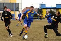 ČESKOSKALICKÝ Pavel Sedláček (u míče) zahájil velkou stíhající jízdu svého týmu, která nakonec vedla k remíze.