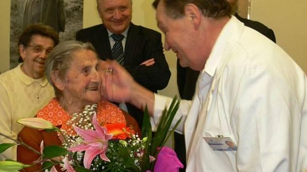 KDYŽ V ROCE 1914 nastupovala Marie Bačová z Jaroměře do textilní továrny, aby uživila sebe a bratra, asi těžko by tehdy věřila, že bude jednou slavit 107. narozeniny.