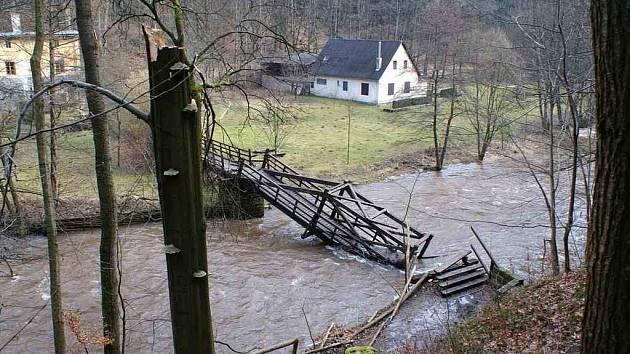 Boušínská lávka, známá turistická spojnice, skončila po vichřici Emma v řece Úpě. Spadl na ni totiž starý buk, který lávku zcela zničil.