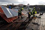 Vichřice Sabine se v pondělí kolem 15. hodiny dostala i pod plášť střechy na budově ZŠ TGM v Náchodě, kde nadzvedla plechovou krytinu i s fotovoltaickými panely.