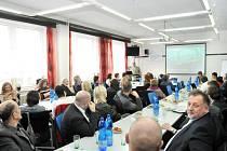 ČTYŘICÍTKA zástupců škol, měst, firem a úřadů debatovala o stavu školství a možné spolupráci na SPŠ v Hronově.
