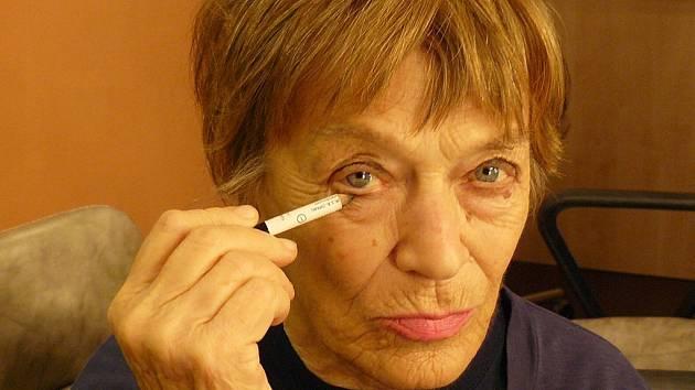 Ljuba Skořepová, významná česká herečka, se právě líčí v maskérně pražského Stavovského divadla.