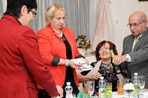 Román slavnostně pokřtili, zleva starostka Hronova Hana Nedvědová, autorka Blanka Faltová, knihovnice Slávka Vítová a vydavatel Jiří Himal.