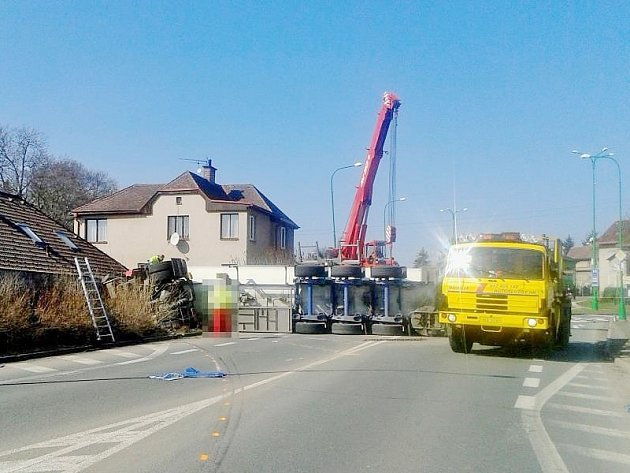 Převrácený kamion s propan-butanem komplikoval včera dopravu přes Jaroměř.
