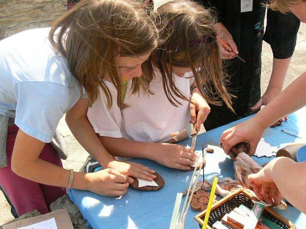 Děti vyráběly zajímavé věci z hlíny a dalších materiálů.