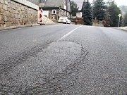 """JEN PÁR TÝDNŮ stačilo a nová asfaltka v Pěkově proděravěla. Díru """"zalátali"""", ale povrch silnice budou v Pěkově letos znovu opravovat."""