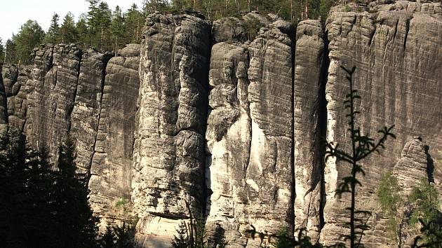 Prezentace hnízdění sokolů stěhovavých na prohlídkovém okruhu v Teplických skalách na výhledu na Chrámové stěny od Skalního ostrova za skálou Herynek.
