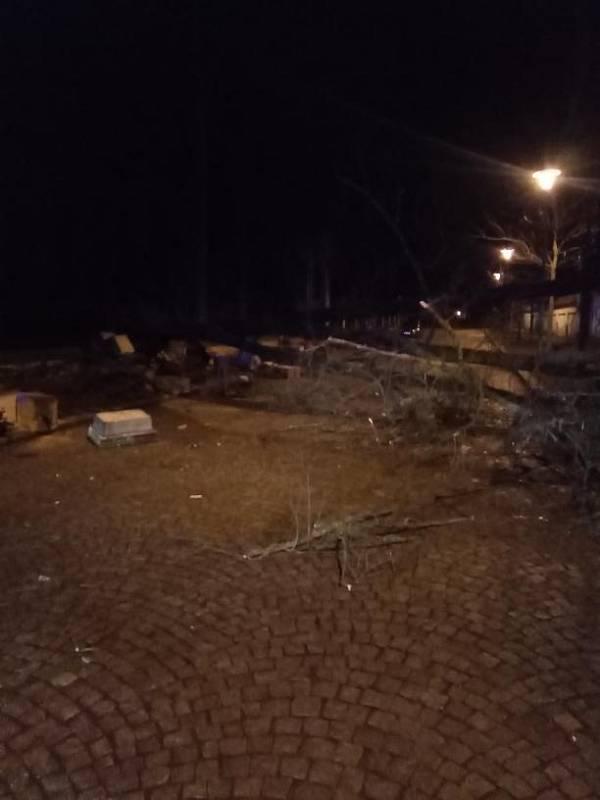 Od nedělního odpoledne 23. února do pondělních šesti hodin zaevidovali hasiči na území kraje 82 událostí, následky silného větru a deště likvidovali ve více než 70 případech.