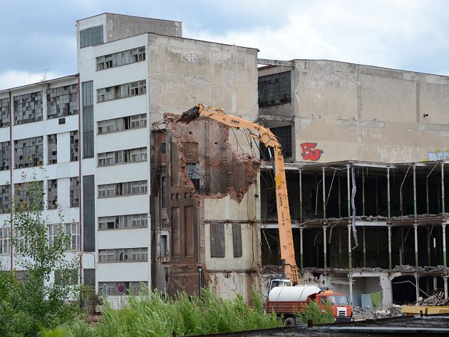 Bourání zadní budovy bývalé přádelny.