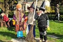 Místní charitativní organizace Háčko uspořádala ve středu zábavné odpoledne pro děti od jednoho do sedmi let spojené s pálením čarodějnic a opékáním špekáčků.
