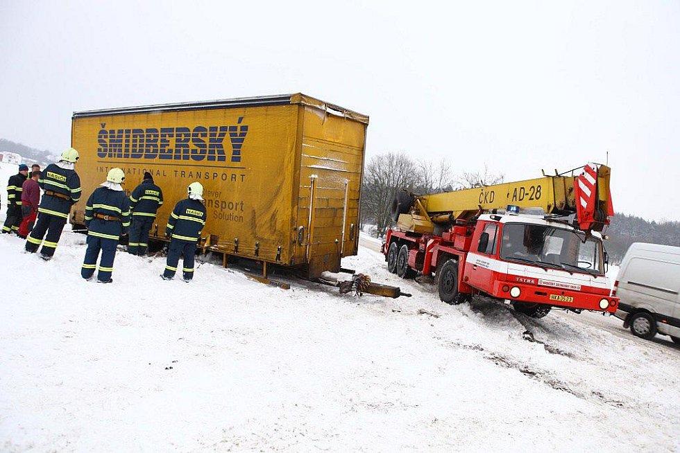 Hasiči vyprostili kamion v Novém Městě nad Metují.
