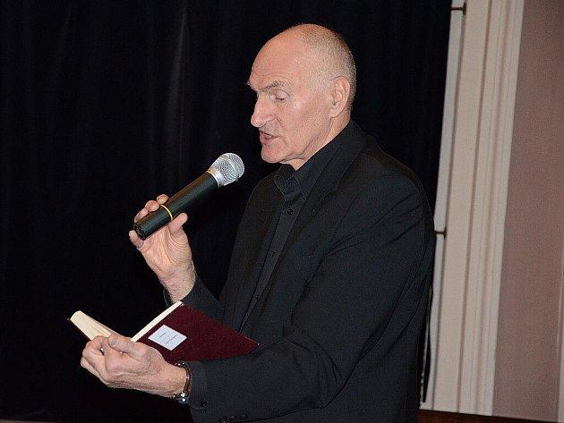 Přednáška anglisty a shakespearologa Martina Hilského v aule Jiráskova gymnázia.