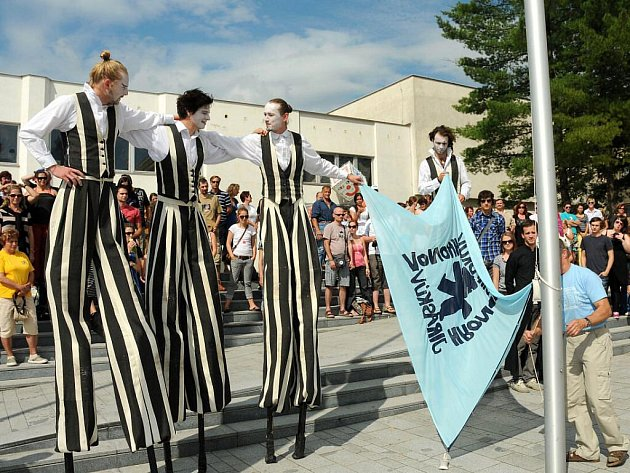 V sobotu odpoledne byl v Hronově na náměstí oficiálně slavnostně zahájen 81. ročník Jiráskova Hronova. Před divadlem zahrála skupina Geisslers Hofcomoedianten Kuks scénku Křesťanské hodiny.