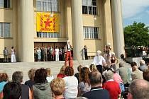 81. ročník Jiráskova Hronova. Před divadlem zahrála skupina Geisslers Hofcomoedianten Kuks scénku Křesťanské hodiny.