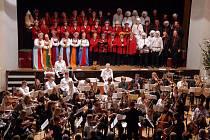 Novoměstskou Sokolovnu v neděli 13. prosince oživil vánoční koncert Novoměstského orchestru a smíšeného pěveckého sboru Kácov.