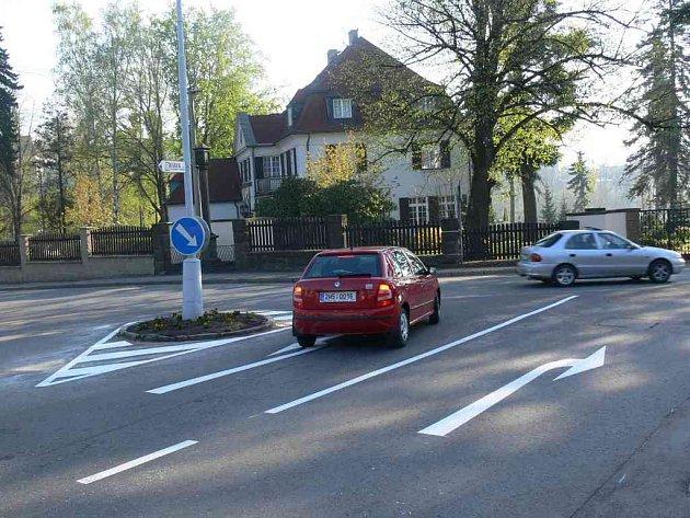 Nové vodorovné dopravní značení teď už projíždějícím motoristům ukáže, kudy mají jet.