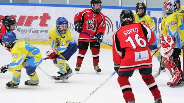 """Největší hokejovou lekci dostali hráči HC Metuje v utkání s Centre """"A"""" Moskva, které prohráli 0:17."""