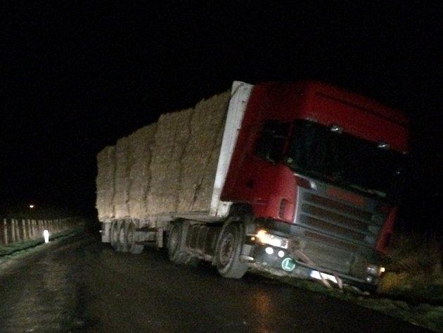 Havarovaný kamion u Provodova-Šonova.