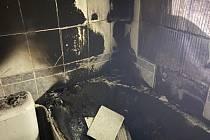 Pravděpodobně od zapálené svíčky došlo kžhnutí plastového vybavení koupelny (vany) a následnému zadýmení a šíření zplodin hoření nejen v koupelně, ale po celém domě. Foto: HZS KHK