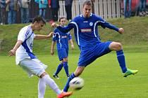 NÁCHODSKÝ Jan Novotný (v modrém) se snaží zastavit centr jabloneckého protihráče.