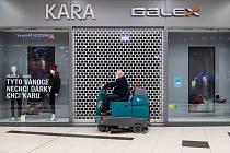 Zavřená prodejna Kary.