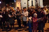 Na Masarykovo náměstí v Náchodě přišlo téměř dvě stě lidí, kteří si v příjemné atmosféře společně s pěveckým sborem Hron zazpívali koledy. Na akci zavítali také polští sousedé z městečka Kudowa-Zdrój.