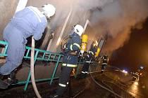 Požár objektu firmy na výrobu hraček v Novém Hrádku.