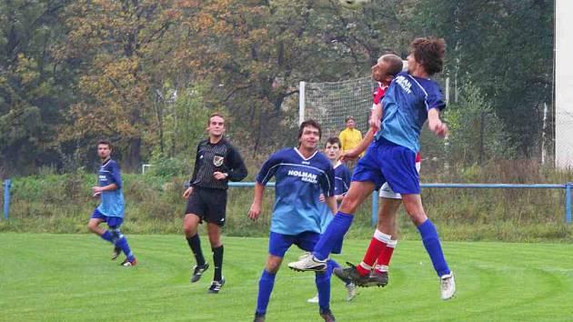 Fotbalisté Hronova mají v letošní sezoně s Novým Městem aktivní bilanci. V domácím podzimním utkání (na snímku) Hronovští s Novým Městem remizovali 1:1, nyní si z Nového Města vezou dokonce všechny tři body.