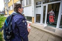 Skauti nejen v Novém Městě nad Metují nabízí službu seniorům, když nosí nákupy i léky z lékarny až domů tak, aby důchodci nemuseli vycházet do rizikového prostředí. Mimo jiné v Novém Městě skauti rozdávají starším spoluobčanům roušky.