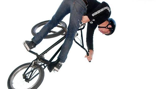 Teamový streetstylový závod BMX.
