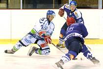 Hokejové utkání Hronov (v bílém) - Jaroměř.