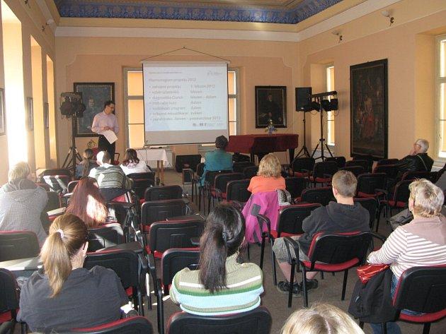 Na úvodním setkání v sále Kreslírny broumovského kláštera byli účastníci seznámeni s projektem.