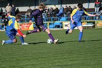 Fotbalisté českoskalické Jiskry (v modrém) doma nestačili na Lhotu pod Libčany. Ta si od východočeského moře odvezla za dvě proměněné penalty vítězství 2:0.