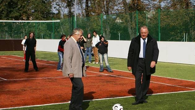 Za účasti hejtmana Královéhradeckého kraje Pavla Bradíka (vpravo) se s velkou slávou otevíralo nové školní hřiště v Červeném Kostelci. To je v současné době  častým terčem vandalů.