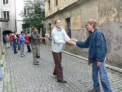 Lidé, kteří se přišli na náměstí přiložili ruce k dílu a vytvořili řetěz.