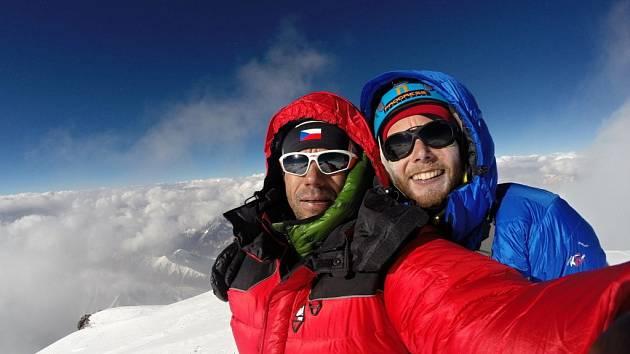 NA SNÍMKU z expedice jsou horolezci Radek Jaroš (v červeném) a Jan Trávníček.