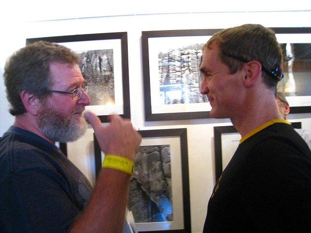 CRAIG  RICHARDS (vlevo) se na čtvrteční vernisáži svých fotografií objevil osobně. Na snímku v rozhovoru s Tomášem Čadou.