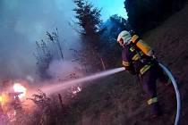 Plameny zasáhly první patro chaty a střešní konstrukci.