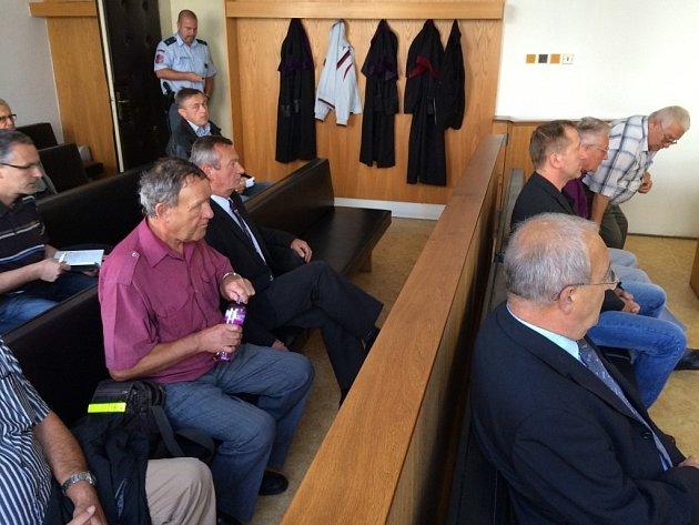 Napětí a nervozita, jak to dopadne. To bylo včera vidět na sedmi z jedenácti současných či bývalých zastupitelů Jaroměře, kteří se dostavili k vyhlášení rozsudku k Okresnímu soudu v Náchodě.