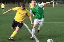 Novoměstský Tomáš Voráček (ve žlutém) bojuje o míč s jičínským Janem Drusanem.