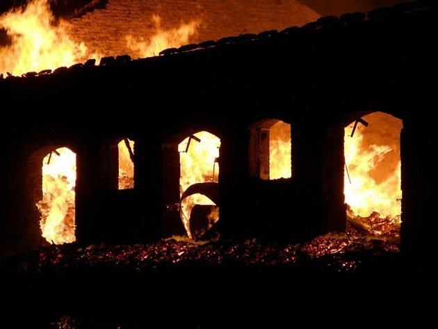 Požár skladovací haly v Broumově.