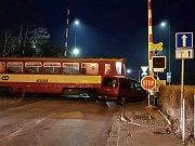 Na železničním přejezdu se srazul vlak s autem.