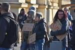 Na hronovském náměstí lidé protestovali proti vládním opatřením okolo koronavirové situace.