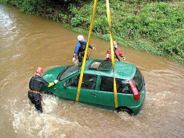 Hasiči na Náchodsku vytáhli automobil z řeky Stěnavy. Po majiteli, kterým byl 36letý muž z Otovic, policisté i hasiči pátrají.