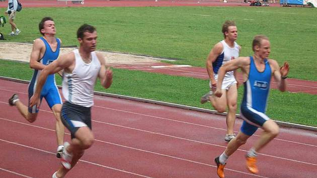 Jiří Vondřejc (v čele) v rozběhu nejkratšího sprintu.