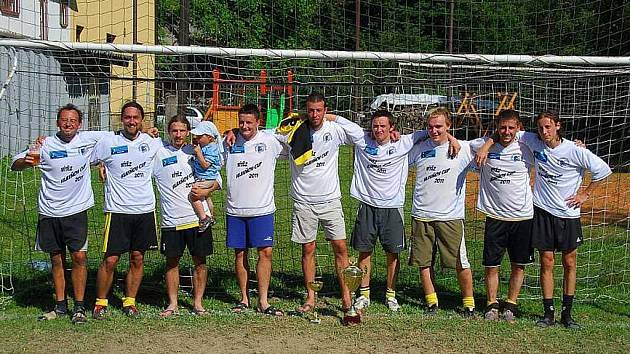 VÍTĚZNÝ TÝM. Poprvé v historii Hlavňov cupu se z vítězství radovalo mužstvo z Police nad Metují. Tým Wydle ve finálovém duelu přehrál Vernéřovice 2:0 a mohl se radovat z celkového triumfu.