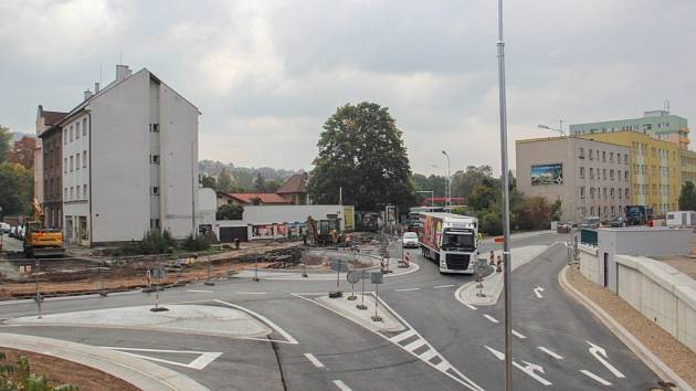 Stavba okružní křižovatky u Čedoku.
