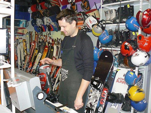 TOMÁŠ KRAML, majitel náchodského Radical Sportu, při seřizování lyží
